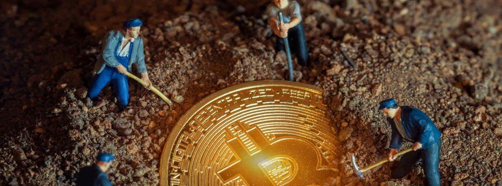 homens minerando bitcoin