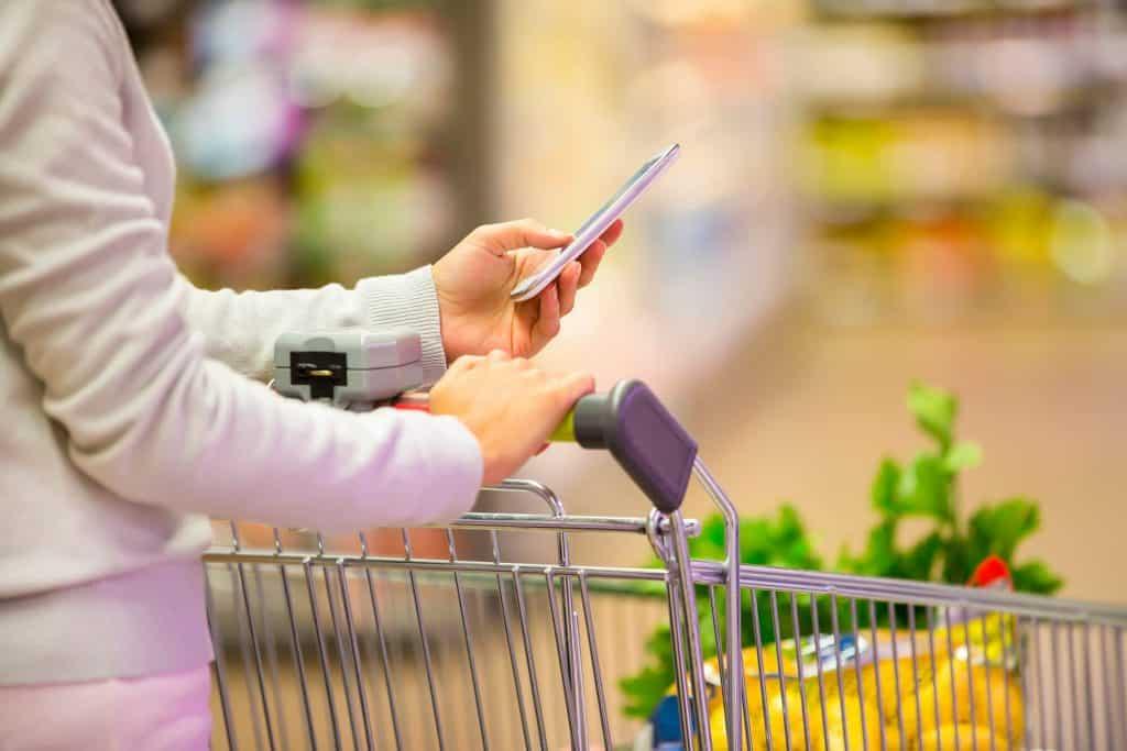 fazendo uma lista de supermercado, fica mais fácil poupar dinheiro ganhando pouco