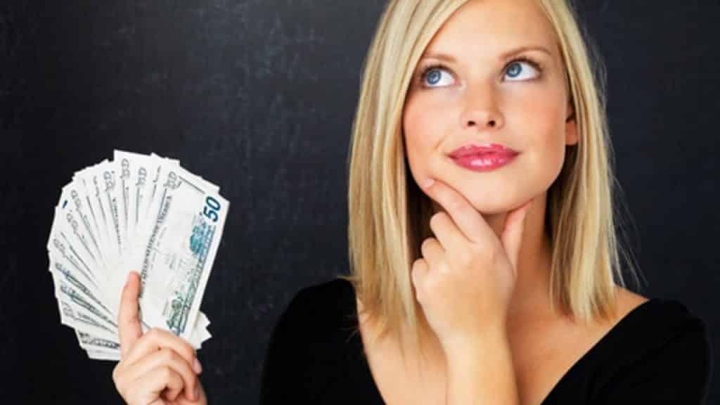para poupar dinheiro ganhando pouco, separe uma quantia assim que receber